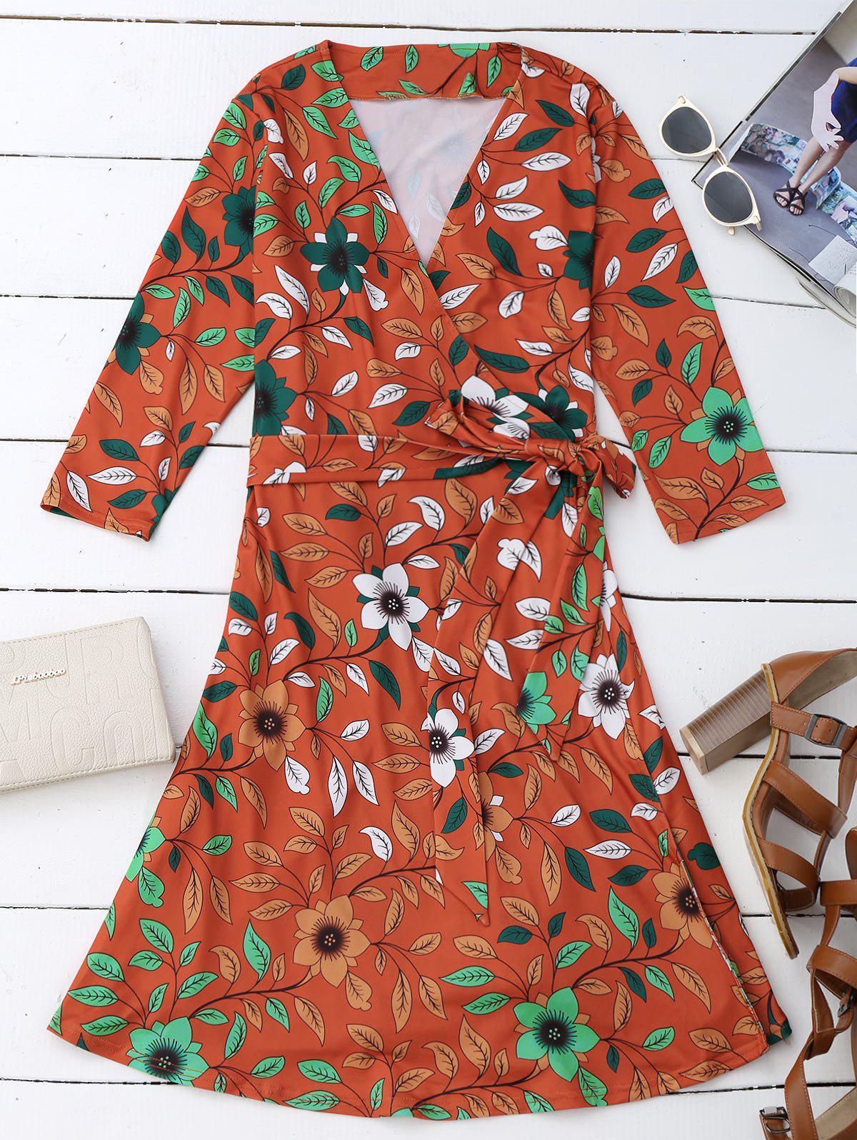 Robe enveloppe fendue imprimée des fleurs et des feuilles