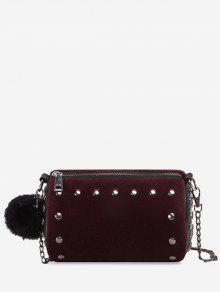 حقيبة كروسبودي مزينة بكرة من الفرو وتفاصيل معدنية  - أحمر أرجوانى