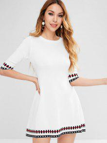 فستان من الساتان محبوك بطبعات نصف كم - أبيض